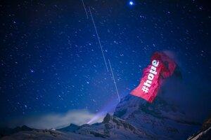 Matterhorn nasvietil švajčiarsky umelec Gerry Hofstetter motívmi o solidarite v boji proti koronavírusu.