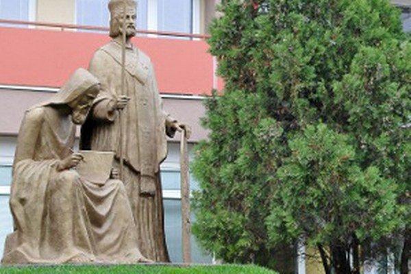 Súsošie vierozvestcov pred univerzitou.