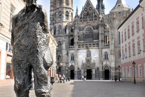 Sochu kráčajúceho Jakobyho venoval Starému Mestu sochár Juraj Bartusz. V lete niekoľko týždňov v centre chýbala, opravovali poškodenie spôsobené zásobovacou dodávkou.