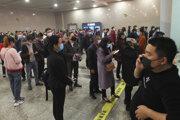 Čínska vláda postupne zmierňuje reštrikcie, v sobotu obnovila prevádzku metra a diaľkových vlakov v provincii Wu-chan.