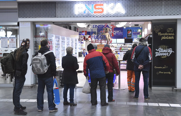 Na snímke ľudia čakajú v rade pred PNSKOU v Košiciach.
