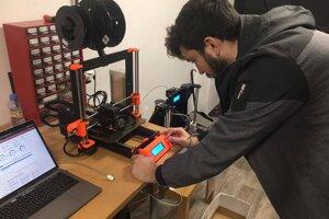 Martin pri práci s 3D tlačiarňou.