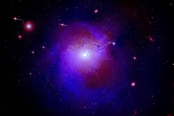 Záber kopy galaxií Perzeus, ktorý vznikol spojením údajov z viacerých teleskopov. Práve v nej vedci v roku 2014 zvláštne žiarenie, ktoré malo byť stopou k tmavej hmote. Nová štúdia ale túto hypotézu vyvracia.