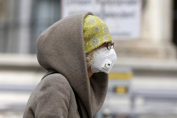 Od stredy budú musieť obyvatelia Rakúska rúška povinne nosiť v supermarketoch a čoskoro sa toto opatrenia rozšíri na všetky verejné miesta.