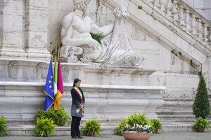 Starostka Ríma Virginia Raggiová počas minúty ticha za obete koronavírusu v Taliansku.