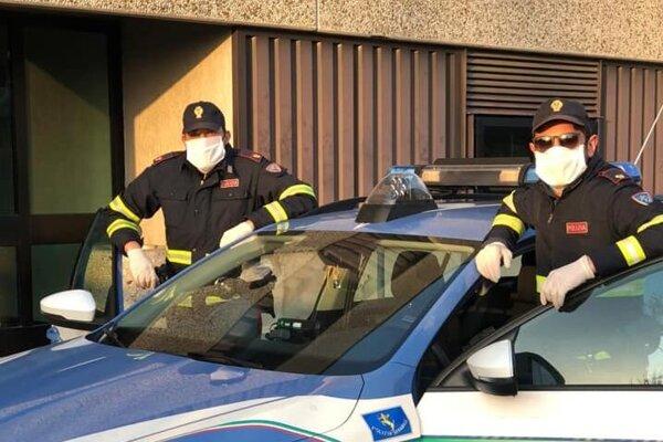 Rúska poslúžia aj miestnym policajtom v bolonskej štvrti San Lazzaro.