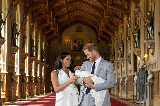 Britský princ Harry a vojvodkyňa zo Sussexu Meghan pózujú fotografom so svojím synom v kaplnke sv. Juraja na zámku vo Windsore.
