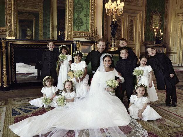 Oficiálna svadobná fotografia britského princa Harryho a Meghan Markleovej (v strede) po sobáši v kráľovskom zámku vo Windsore v sobotu 19. mája 2018.