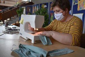 Dom kultúry v Ilave sa zmenil na malú textilnú fabriku. Ženy nesadia nad papiermi a v kanceláriách, ale pri šijacích strojoch. Renáta Matejková šila deťom, keď boli melé. Ani vo sne by ju nenapadlo, že bude niekedy šiť rúška kvôli nejakej pandémii.