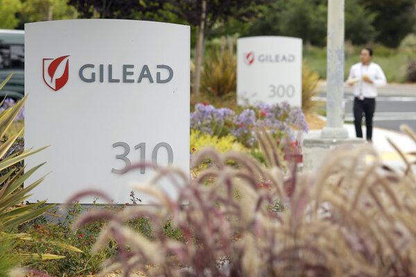 Na archívnej snímke z júla 2015 muž kráča okolo sídla biofarmaceutickej  spoločnosti Gilead Sciences v kalifornskom meste Foster. Firma vyvinula liek remdesivir.
