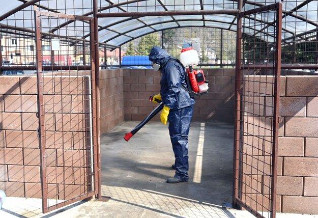 Dezinfekcia kontajnerových stojísk chlórovým roztokom vo Vranove nad Topľou.