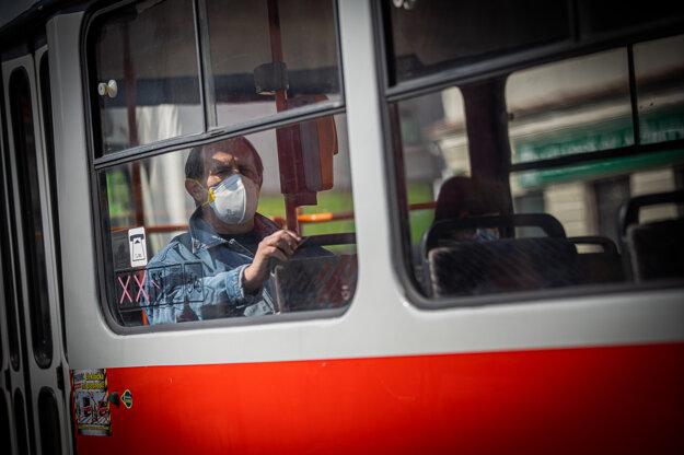 Povinnosť nosiť rúško v MHD v Bratislave platí už dlhšie.