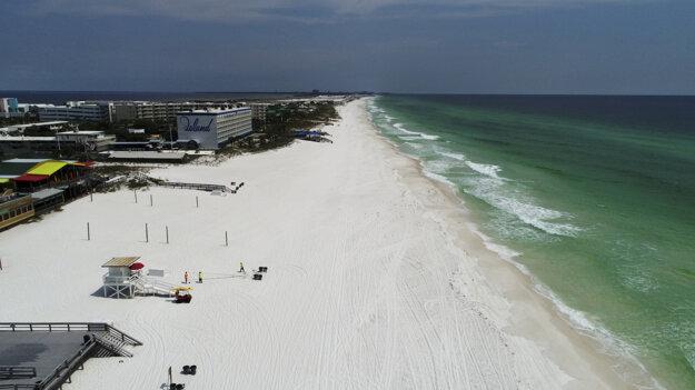 Pobrežná stráž opravuje plážovú vlajku na Okaloosa Island neďaleko Fort Walton Beach na Floride.