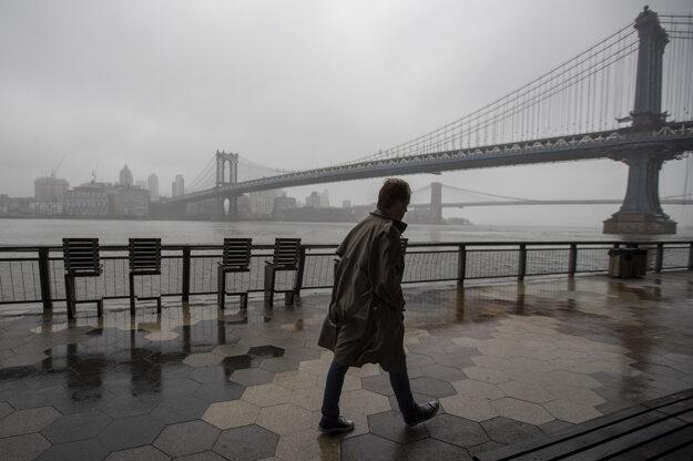 Osamelý chodec na Manhattane.