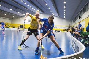 Michaela Šponiarová (v modrom) v zápase fínskej extraligy.