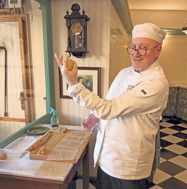 Rodí sa originálna cukrovinka Atkáryho kremnický krumpel vo výrobni v centre Kremnice, ktorá slúži aj ako expozícia.