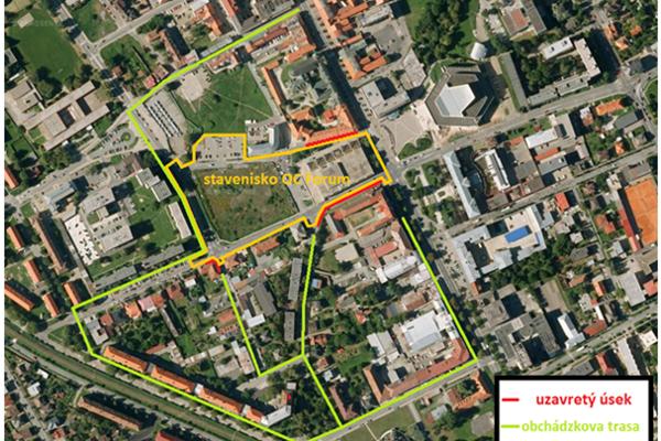 Dôvodom uzavretia koridorov je oprava chodníkov v okolí staveniska.