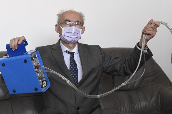 Vysokofrekvenčný ventilačný prístroj ukazuje Viliam Donič, prednosta Ústavu lekárskej fyziológie UPJŠ.