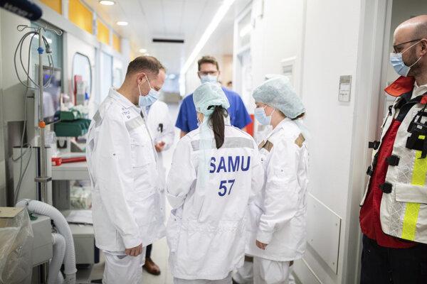 Lekári diskutujú pred izbou s nakazeným pacientom v Univerzitnej nemocnici v Essene.