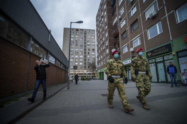Armádni vojaci hliadkujú v uliciach Budapešti.