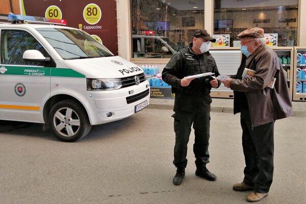 Policajná akcia zameraná na znižovanie dopravnej nehodovosti na Orave. Preventista Tibor Šándor pripomína vodičom, ako jej predchádzať.