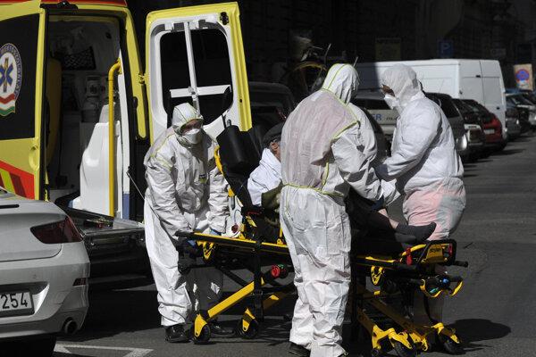 Zdravotníci prevážajú pacienta s koronavírusom do nemocnice v Budapešti.