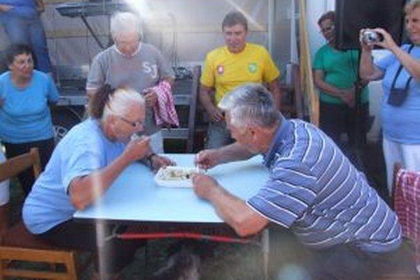 Seniori si zmerali sily v jedení halušiek na čas.