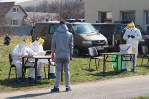 Testovanie obyvateľov z rómskej osady v Jarovniciach.