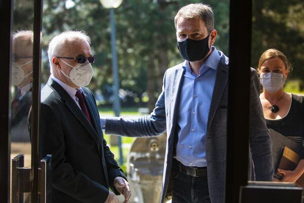 Prezident Konfederácie odborových zväzov Marián Magdoško a predseda vlády Igor Matovič.