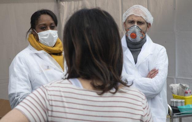 Lekári vo Francúzsku už zvládajú nápor pacientov lepšie.