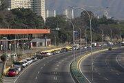 Rad pred čerpacou stanicou v Caracase.
