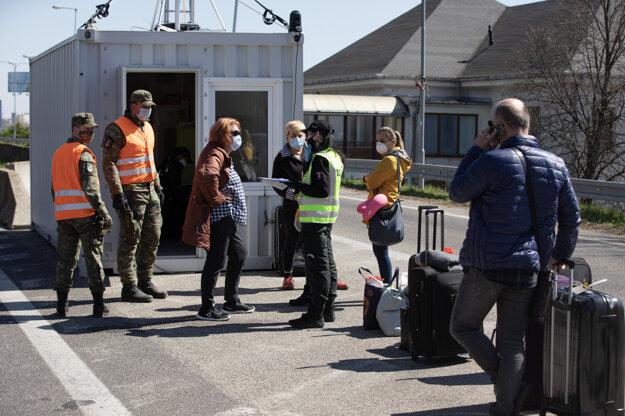 Aktuálna situácia na hraničnom priechode Petržalka - Berg v Bratislave počas mimoriadnej situácie v súvislosti s ochorením COVID-19 spôsobeným koronavírusom (2019-nCoV) na Slovensku.