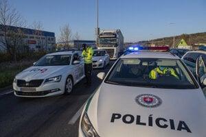 Policajti spolu s vojakmi kontrolujú dodržiavanie obmedzeného pohybu.