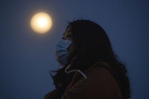 Supermesiac sledovali aj vo Wu-chane, odkiaľ sa začal na konci roka 2019 šíriť koronavírus do celého sveta.