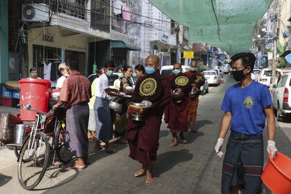 Budhistickí mnísi v meste Jangon v Mjanmarsku.