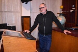 Igor Kudzej v prednáškovej miestnosti Vihorlatskej hvezdárne.