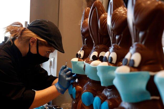 Cukrárka pripravuje čokoládové zajačiky s maskami v Aténach.