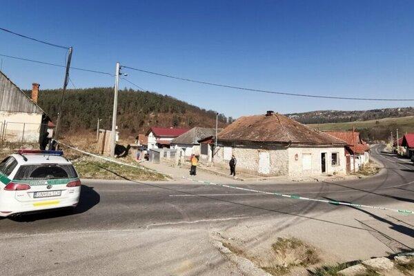 Uzavreté osady strážia policjati.