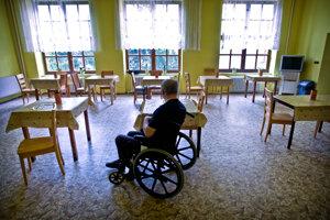 Seniorom v domovoch dôchodcov dnes chýbajú dotyky a objatia viac než inokedy.