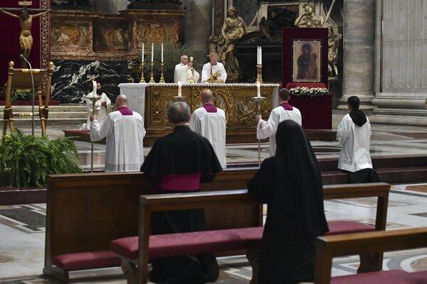 Pápež v bazilike počas omše.