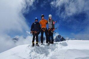 Peter Hámor, Michal Sabovčík a Silvia Kriśtofičová na Lobuche East (6119 m).