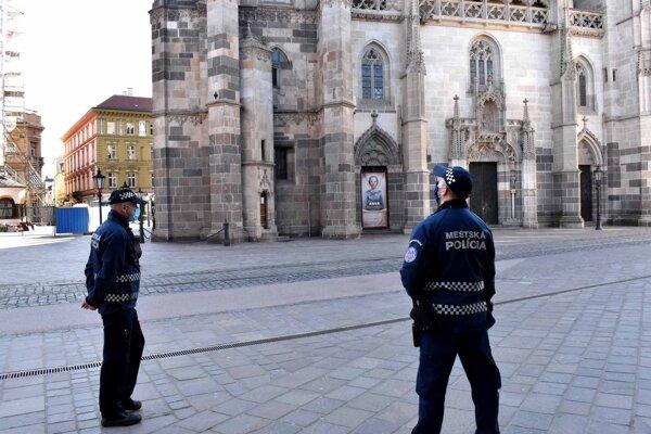 Pred košickým Dómom sv. Alžbety bolo pusto, hliadkovali policajti.