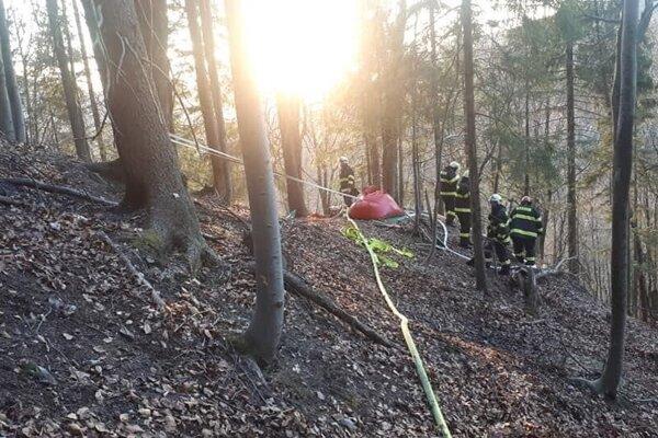 Požiar sa rozhorel v ťažko prístupnom teréne.