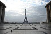 Na zábere prázdne okolie Eiffelovej veže v Paríži.