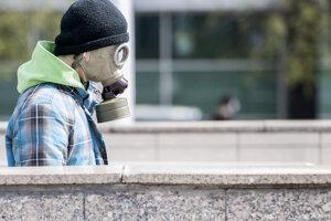 Muž s plynovou maskou smeruje do podchodu na Hodžovho námestia v Bratislave.