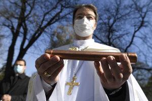 Biskup Marek Forgáč ukazuje časovú kapsulu.
