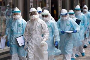 Zdravotníci v ochranných odevoch prichádzajú do služby počas zákazu vychádzania v centre Kuala Lumpuru 7. apríla 2020.