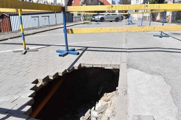 Na Hradbovej ostalo uzavreté už iba poškodené parkovisko.