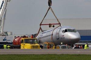 Žeriav dvíha trosky lietadla Suchoj Superjet 100 spoločnosti Aeroflot, ktoré núdzovo pristálo na moskovskom letisku Šeremetievo 5. mája 2019.