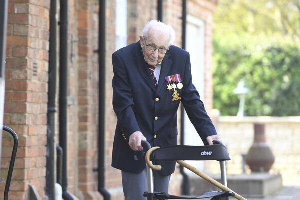 Dôchodca Tom Moore sa stal slávnym vďaka zbierke pre zdravotníkov.